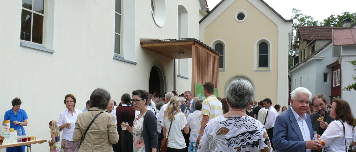Permalink auf:Agape auf dem Vorplatz zur Kirche